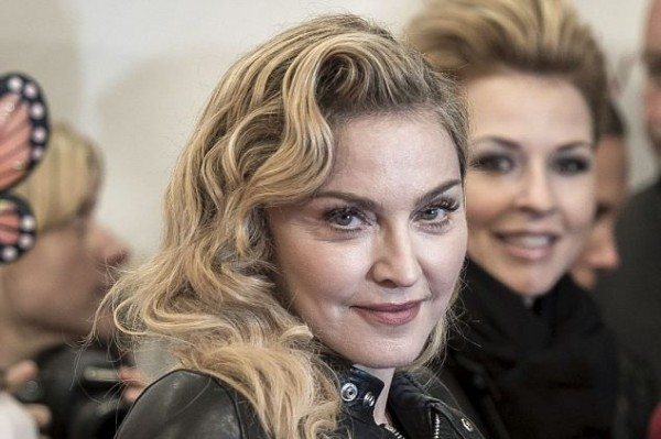 What has happened to Madonna's face? (she's getting younger – see below)