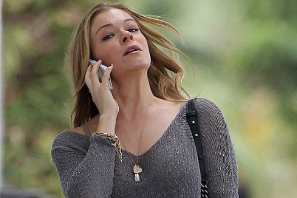 LeAnn Rimes shops for baby clothes! (something to tell us, love?)