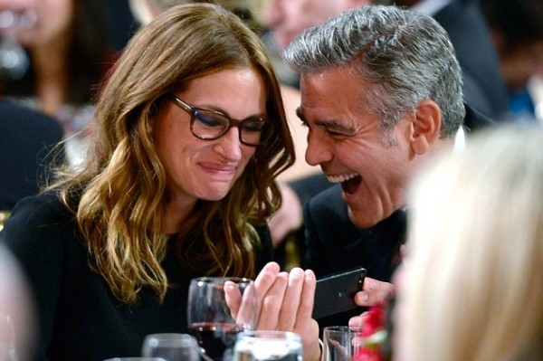 What did George Clooney show Julia Roberts on his Iphone that made her giggle?