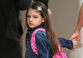 Suri Cruise flipped off the paparazzi (check it out below….is she?)